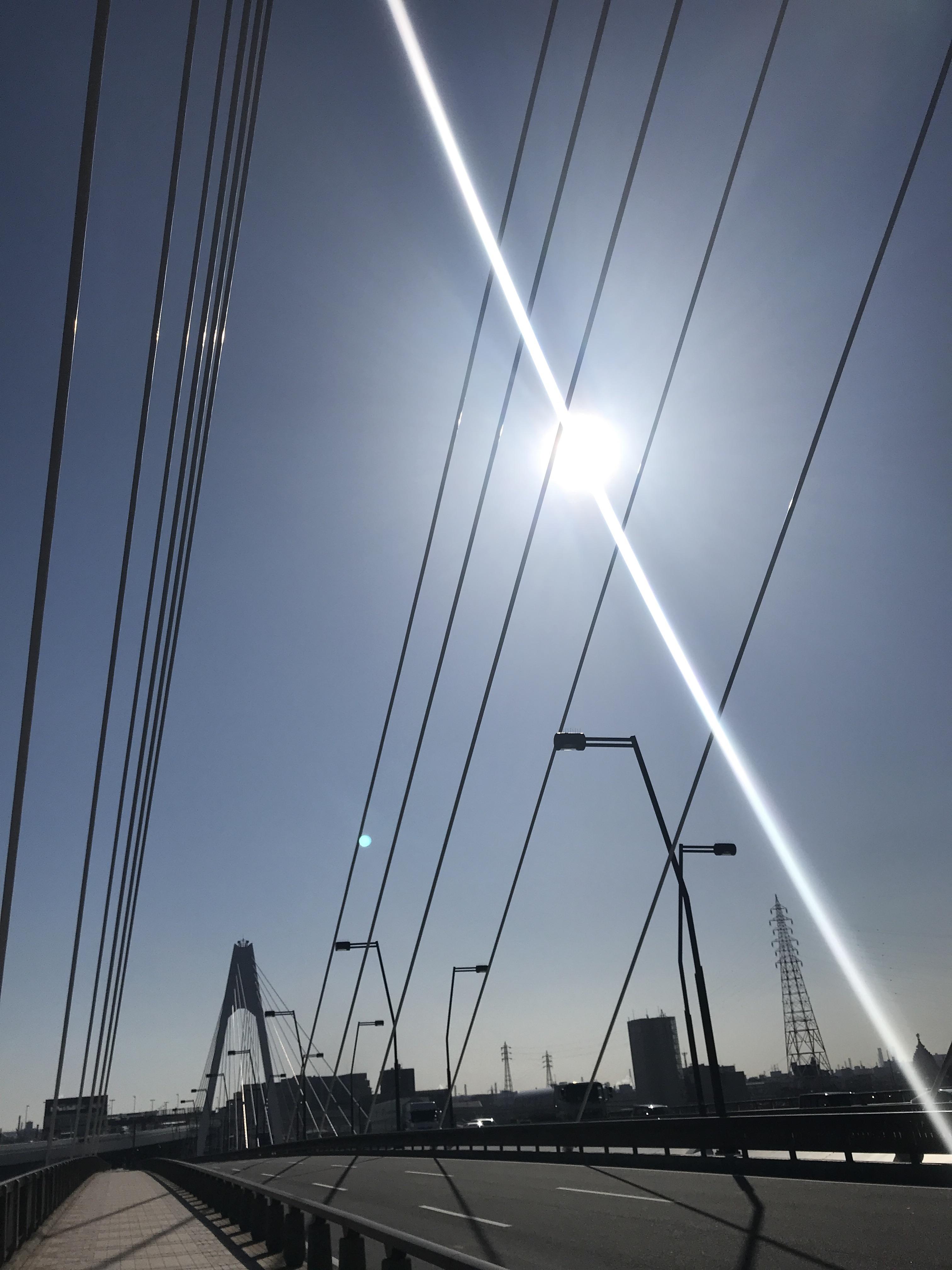 陽気は良かった。橋を渡る。