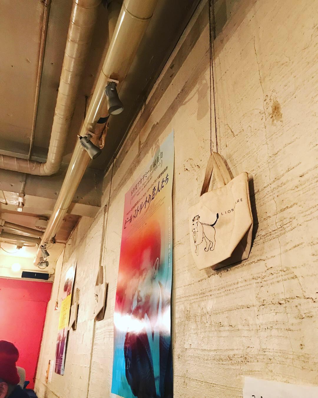 壁には映画のポスター。
