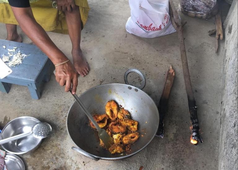 ボアルをインド式かまどで揚げる様子